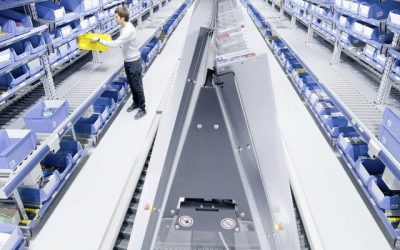 Priechodný regálový systém s valcovým dopravníkom pre rýchlu manipuláciu s tovarom.